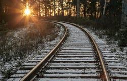 Σιδηρόδρομος κάτω από ένα λεπτό στρώμα του πρώτου χιονιού Στοκ Εικόνα