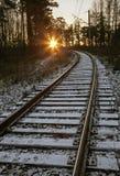 Σιδηρόδρομος κάτω από ένα λεπτό στρώμα του πρώτου χιονιού Στοκ Εικόνες