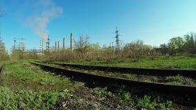 Σιδηρόδρομος κοντά στις εγκαταστάσεις θερμικής παραγωγής ενέργειας απόθεμα βίντεο