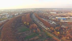 Σιδηρόδρομος κοντά στις εγκαταστάσεις και τα εργοστάσια πλινθοδομής στο ηλιοβασίλεμα απόθεμα βίντεο