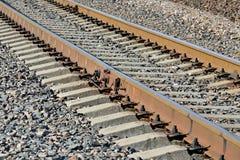 Σιδηρόδρομος Ράγες και συγκεκριμένη κινηματογράφηση σε πρώτο πλάνο κοιμώμεών Στοκ φωτογραφίες με δικαίωμα ελεύθερης χρήσης