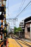 Σιδηρόδρομος σε ένα σταυροδρόμι Kamakura, Ιαπωνία Στοκ Εικόνες