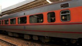 Σιδηρόδρομος της Ταϊβάν (TRA), σαφές τραίνο Tze Chiang στο σταθμό Taichung HD φιλμ μικρού μήκους
