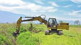 Σκάβοντας έδαφος εκσακαφέων απόθεμα βίντεο