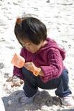σκάβοντας θησαυρός παιδ& Στοκ Εικόνες