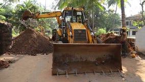 Σκάβοντας και προσγειωμένος χώμα βυθοκόρων στο σωρό φιλμ μικρού μήκους