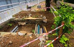 Σκάβοντας μια τρύπα με το οπτικό καλώδιο μέσα για της για τους πεζούς φωτογραφίας που λαμβάνεται την κατασκευή στην Τζακάρτα Ινδο Στοκ Εικόνες