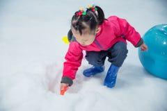Σκάβοντας χιόνι κοριτσιών στο έδαφος από το φτυάρι Στοκ φωτογραφίες με δικαίωμα ελεύθερης χρήσης