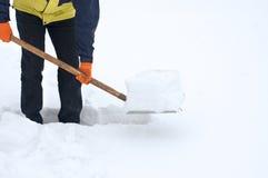 σκάβοντας χιόνι μονοπατιώ&nu Στοκ Εικόνες