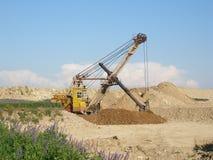 σκάβοντας χώμα Στοκ φωτογραφία με δικαίωμα ελεύθερης χρήσης
