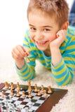 σκάκι αγοριών λίγο παιχνίδ& Στοκ φωτογραφία με δικαίωμα ελεύθερης χρήσης