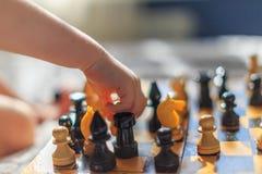 σκάκι αγοριών λίγο παιχνίδ& στοκ φωτογραφίες