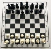 Σκάκι αρχικής θέσης στον πίνακα στοκ εικόνα με δικαίωμα ελεύθερης χρήσης