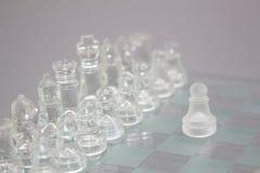 Σκάκι γυαλιού σε ένα γκρίζο υπόβαθρο στοκ φωτογραφία με δικαίωμα ελεύθερης χρήσης