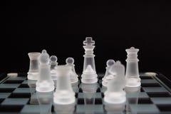 Σκάκι γυαλιού σε ένα μαύρο υπόβαθρο Ελάχιστη επιχειρησιακή έννοια στοκ φωτογραφίες