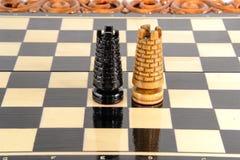 Σκάκι η μαύρη μεταφορά συντρόφων κυριώτερης απώλειας παιχνιδιών τελών σκακιού επιχειρησιακού ελέγχου χαρτονιών μονοχρωματική πέρα Στοκ φωτογραφίες με δικαίωμα ελεύθερης χρήσης