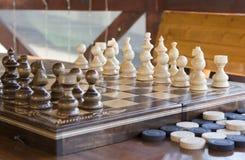 Σκάκι και ελεγκτές στοκ φωτογραφίες με δικαίωμα ελεύθερης χρήσης