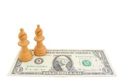Σκάκι και δολάριο: Οι ελαφριοί επίσκοποι σε ένα αμερικανικό δολάριο τιμολογούν Στοκ Εικόνες