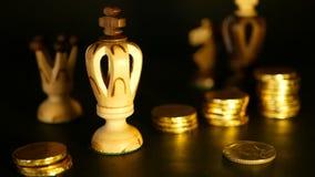 Σκάκι και σωρός των νομισμάτων στην έννοια των χρημάτων δύναμης ή αποταμίευσης χρημάτων, οικονομική αύξηση, επένδυση στρατηγικής, φιλμ μικρού μήκους