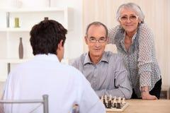 Σκάκι οικογενειακού παιχνιδιού Grownup στοκ εικόνες