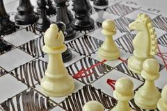 Σκάκι Ο λευκός επίσκοπος είναι κάτω από την επίθεση Στοκ Φωτογραφίες