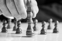 Σκάκι παιχνιδιού επιχειρηματιών που κινεί το κομμάτι βασιλιάδων Στοκ φωτογραφίες με δικαίωμα ελεύθερης χρήσης