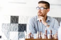 Σκάκι παιχνιδιού νεαρών άνδρων Στοκ Εικόνες