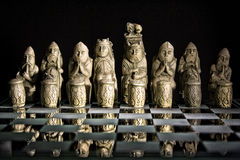 Σκάκι που τίθεται αρχαίο στον πίνακα γυαλιού Στοκ Φωτογραφίες