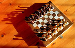 Σκάκι που τίθεται με τις σκιές στοκ φωτογραφία με δικαίωμα ελεύθερης χρήσης