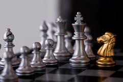 Σκάκι που τίθεται με το εχθρικό υπόβαθρο Στοκ φωτογραφία με δικαίωμα ελεύθερης χρήσης