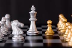 Σκάκι που τίθεται με το εχθρικό υπόβαθρο Στοκ Φωτογραφία