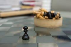 Σκάκι σε έναν πίνακα γυαλιού Στοκ φωτογραφίες με δικαίωμα ελεύθερης χρήσης