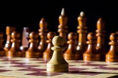 Σκάκι σε έναν πίνακα σκακιού Στοκ εικόνες με δικαίωμα ελεύθερης χρήσης
