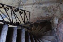 Σκάλα και κιγκλίδωμα σε ένα παλαιό πτωχοκομείο στοκ εικόνες