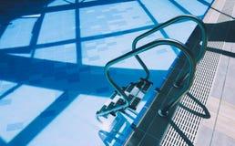 Σκάλα μετάλλων πισινών στο νερό Τα σκαλοπάτια λιμνών κλείνουν επάνω Στοκ φωτογραφίες με δικαίωμα ελεύθερης χρήσης