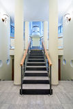 σκάλα πολυτέλειας αιθουσών Στοκ φωτογραφία με δικαίωμα ελεύθερης χρήσης