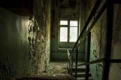Σκάλα σε ένα εγκαταλειμμένο σπίτι Στοκ φωτογραφία με δικαίωμα ελεύθερης χρήσης