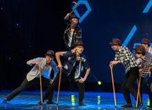 Σκάλα-χιουμοριστικός παλαιός άτομο-κινεζικός σύγχρονος χορός στοκ εικόνες με δικαίωμα ελεύθερης χρήσης