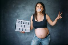 Σκάοντας γόμμα φυσαλίδων εγκύων γυναικών και χαμόγελο Στοκ εικόνες με δικαίωμα ελεύθερης χρήσης