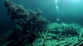 Σκάφανδρο που βουτά στη λίμνη υποβρύχιο Τύρολο Αυστρία βουνών Fernsteinsee απόθεμα βίντεο