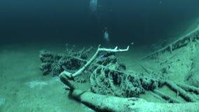 Σκάφανδρο που βουτά στη λίμνη υποβρύχιο Fernpass βουνών Fernsteinsee σε Nassereith απόθεμα βίντεο