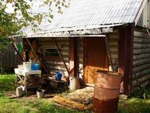 Σκάφες λίγων αγροτικές λουτρών σιδήρου καμπινών κούτσουρων για το νερό Στοκ Εικόνες
