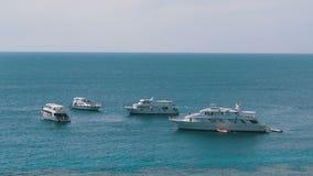 Σκάφη αναψυχής από η κοραλλιογενής ύφαλος που σταθμεύουν στη Ερυθρά Θάλασσα Αίγυπτος απόθεμα βίντεο