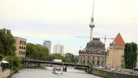 Σκάφη αναψυχής γύρω από τη γέφυρα Moltke Αυτή η γέφυρα πέρα από τον ποταμό ξεφαντωμάτων στο Βερολίνο, Γερμανία απόθεμα βίντεο