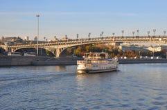 Σκάφη αναψυχής στην πατριαρχική γέφυρα Μόσχα Ρωσία Στοκ Φωτογραφίες