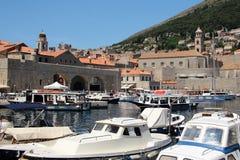 Σκάφη αναψυχής στον κόλπο της παλαιάς πόλης Dubrovnik στην Κροατία, Ευρώπη στοκ εικόνα