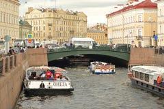 Σκάφη αναψυχής στον ποταμό Στοκ φωτογραφίες με δικαίωμα ελεύθερης χρήσης