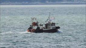 Σκάφη βαρκών ρυμουλκών στέλνοντας παρόδων και πλέοντας γιοτ απόθεμα βίντεο