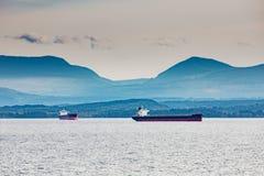 Σκάφη βυτιοφόρων στο παράκτιο Νησί Βανκούβερ αγκύρων στοκ εικόνες