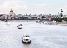 Σκάφη γεφυρών και εξόρμησης Krymsky στον ποταμό Moskva Στοκ φωτογραφίες με δικαίωμα ελεύθερης χρήσης
